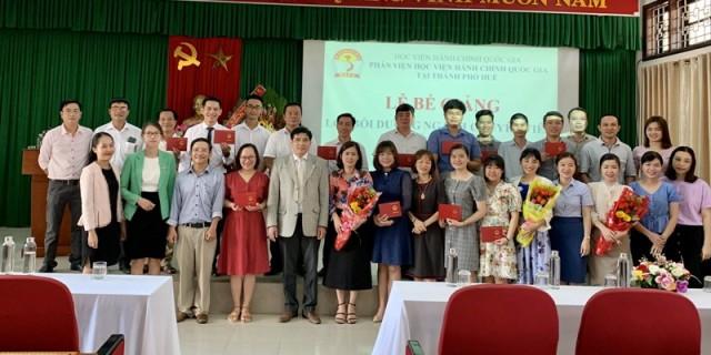 Lãnh đạo, giảng viên và học viên chụp ảnh lưu niệm