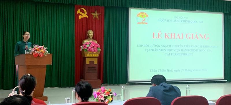 ThS. Mai Thị Phương Dung – Trưởng phòng Quản lý đào tạo, bồi dưỡng công bố các Quyết định liên quan đến tổ chức khóa học