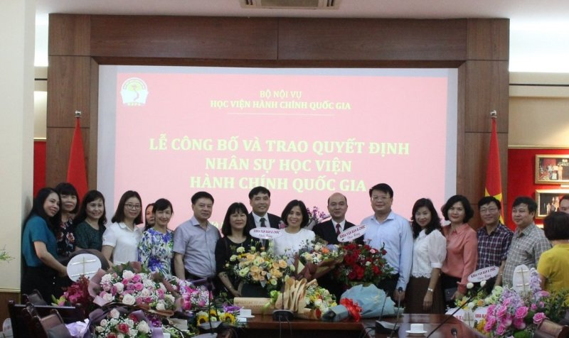 Các đơn vị tại Học viện Trung tâm tặng hoa chúc mừng và chụp ảnh lưu niệm