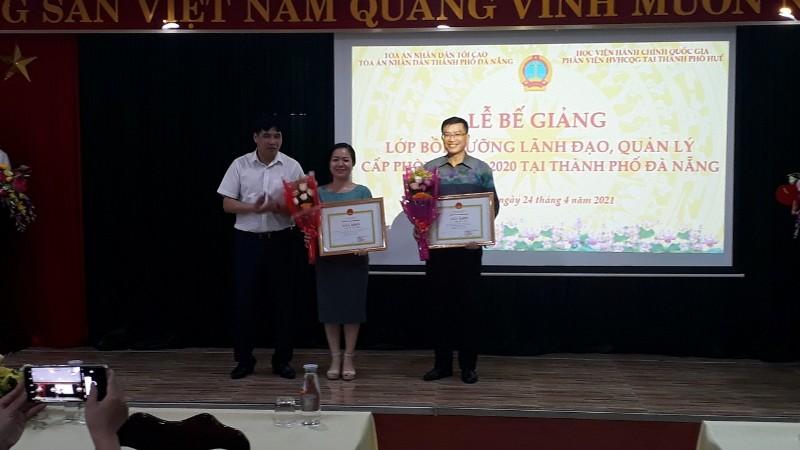 PGS.TS. Nguyễn Hoàng Hiển - Giám đốc Phân viện Học viện tại TP. Huế trao hoa và Giấy khen cho học viên đạt thành tích cao trong học tập