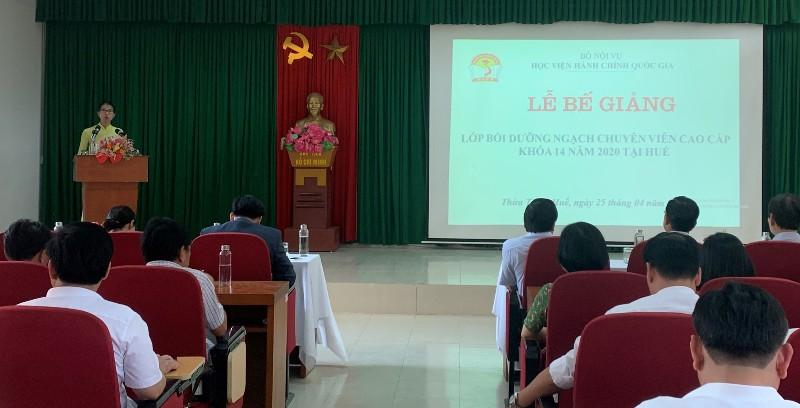 ThS. Mai Thị Phương Dung – Trưởng phòng Quản lý đào tạo, bồi dưỡng  công bố Quyết định liên quan đến bế giảng khóa học