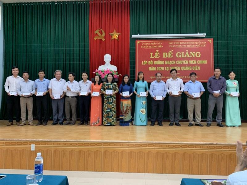 Đ/c Lê Văn Khuyến - Trưởng Ban Tổ chức Huyện ủy Quảng Điền  trao chứng chỉ cho các học viên hoàn thành khóa học