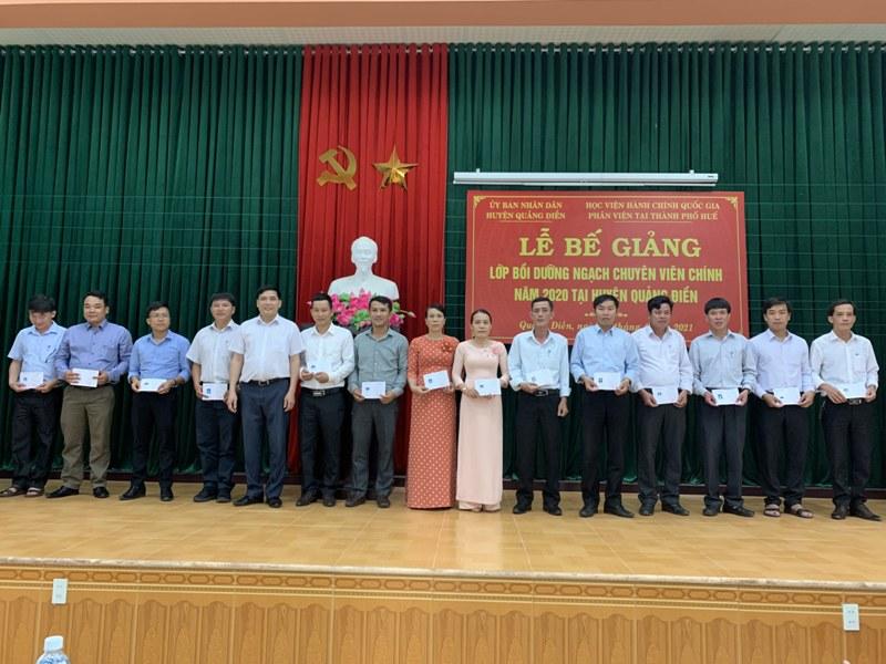 PGS.TS. Nguyễn Hoàng Hiển - Giám đốc Phân viện Học viện tại TP.Huế  trao chứng chỉ cho các học viên hoàn thành khóa học