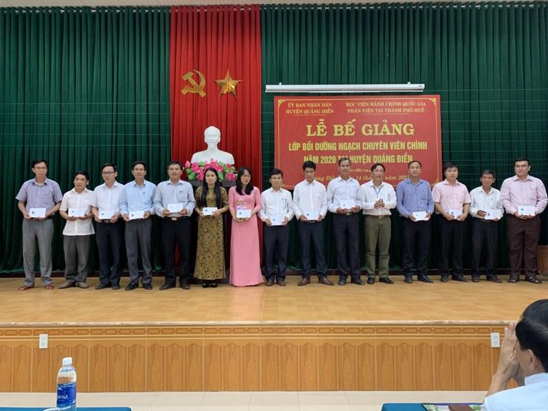 Đ/c Nguyễn Ánh Cầu - Trưởng Ban Tuyên giáo Huyện ủy Quảng Điền, Giám đốc Trung tâm Chính trị huyện Quảng Điển trao chứng chỉ cho các học viên hoàn thành khóa học