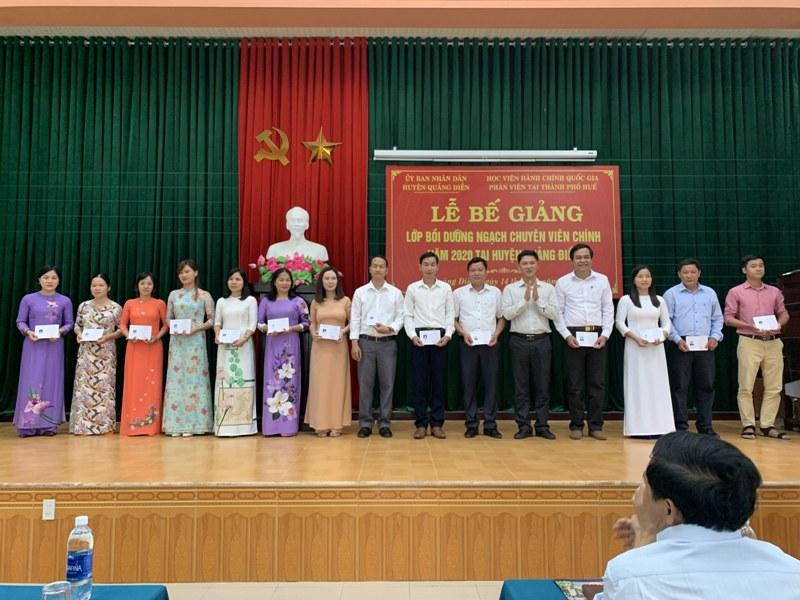 Đ/c Nguyễn Tuấn Anh - Phó Chủ tịch Ủy ban nhân dân huyện Quảng Điền  trao chứng chỉ cho các học viên hoàn thành khóa học