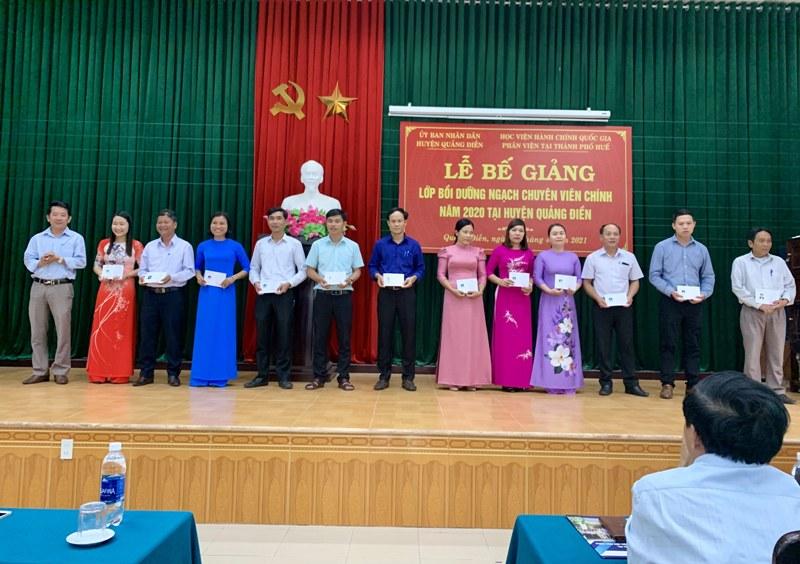 Đ/c Nguyễn Đình Khánh - Trưởng phòng Nội vụ huyện Quảng Điển  trao chứng chỉ cho các học viên hoàn thành khóa học