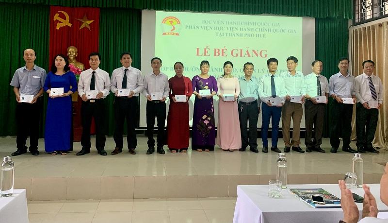 Đ/c Trần Anh Tuấn – Chánh văn phòng Kho bạc nhà nước tỉnh Thừa Thiên Huế  trao chứng chỉ cho các học viên hoàn thành khóa học