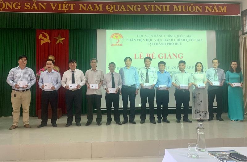 PGS.TS. Nguyễn Hoàng Hiển - Phó Giám đốc Phân viện tại TP.Huế  trao chứng chỉ cho các học viên hoàn thành khóa học