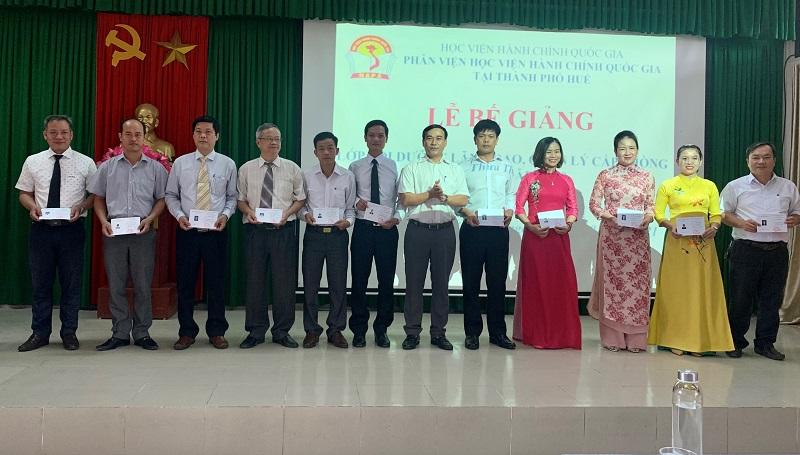 Đ/c Phan Công Hiền – Phó Cục trưởng Cục Thi hành án dân sự tỉnh Thừa Thiên Huế trao chứng chỉ  các học viên hoàn thành khóa học