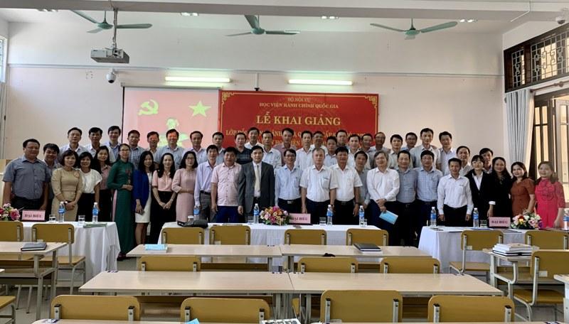 Lãnh đạo, đại biểu, giảng viên cùng các học viên chụp ảnh lưu niệm tại  Phân viện Học viện tại TP. Huế