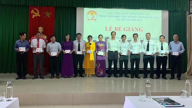 Đ/c Vũ Văn Minh - Ủy viên Ban cán sự Đảng, Phó Chánh án Tòa án nhân dân  tỉnh Thừa Thiên Huế trao chứng chỉ cho các học viên hoàn thành khóa học