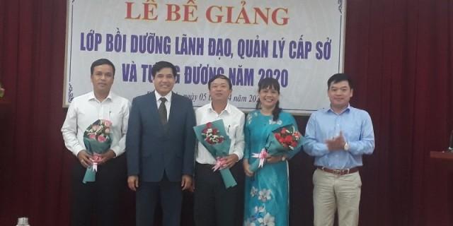 Ban cán sự lớp nhận hoa chúc mừng của Lãnh đạo Phân viện Học viện tại TP.Huế
