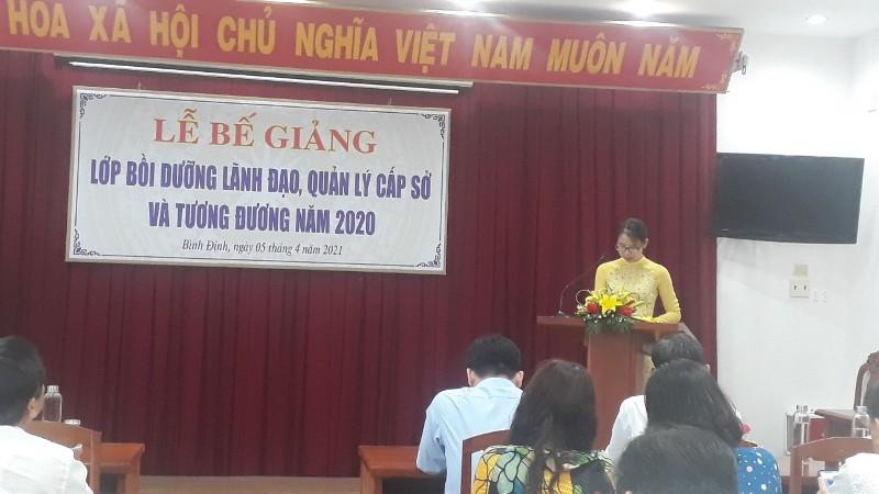 ThS. Mai Thị Phương Dung - Trưởng phòng Quản lý đào tạo, bồi dưỡng  công bố Quyết định cấp chứng chỉ của Giám đốc Học viện Hành chính Quốc gia