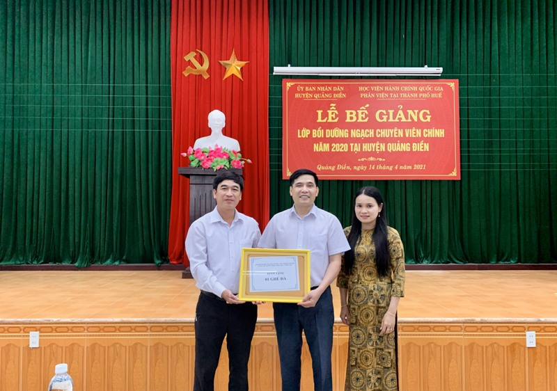 Đại diện học viên lớp Bồi dưỡng ngạch Chuyên viên chính tặng quà lưu niệm  cho Phân viện Học viện tại TP.Huế