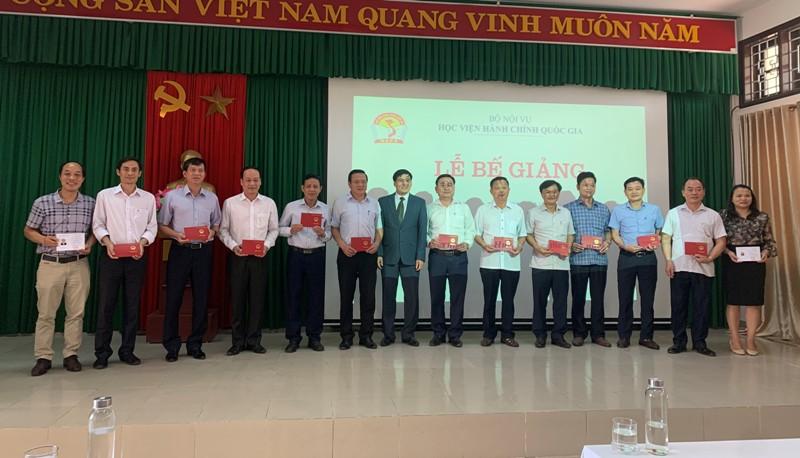 PGS.TS. Nguyễn Hoàng Hiển - Giám đốc Phân viện Học viện tại TP. Huế  trao chứng chỉ cho học viên hoàn thành khóa học