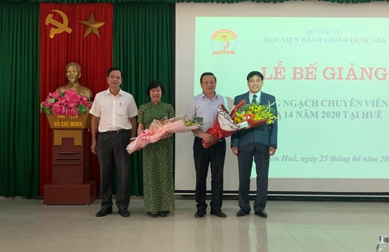Lãnh đạo Phân viện Học viện tại TP.Huế và Lãnh đạo tỉnh Thừa Thiên Huế  tặng hoa chúc mừng Ban Cán sự lớp Bồi dưỡng ngạch CVCC khóa 14/2020