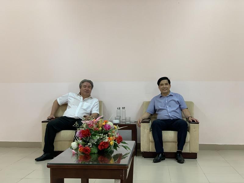 TS. Đặng Xuân Hoan cùng PGS.TS. Nguyễn Hoàng Hiển làm việc  tại phòng khách của Phân viện Học viện tại TP.Huế
