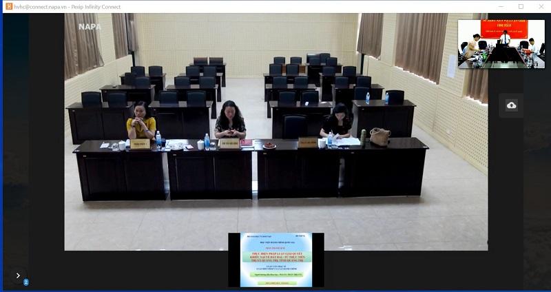 Các thành viên Hội đồng chấm luận văn tại điểm cầu Học viện ở Hà Nội  nghe học viên trả lời các câu hỏi