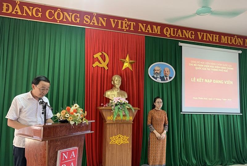 Đ/c Đặng Văn Minh – Chi ủy viên, Chủ tịch Công đoàn Phân viện Học viện tại TP.Huế  Công bố Quyết định Kết nạp Đảng viên