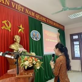 Đảng viên mới Lê Thị Quỳnh Nga tuyên thệ