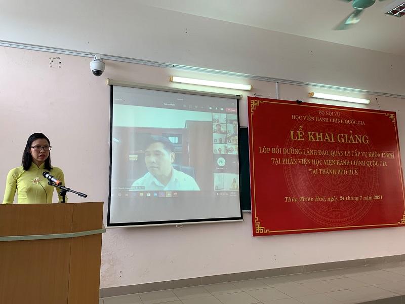 ThS. Mai Thị Phương Dung - Trưởng phòng Quản lý ĐTBD, Phân viện Học viện tại TP.Huế  công bố Quyết định liên quan đến tổ chức lớp học