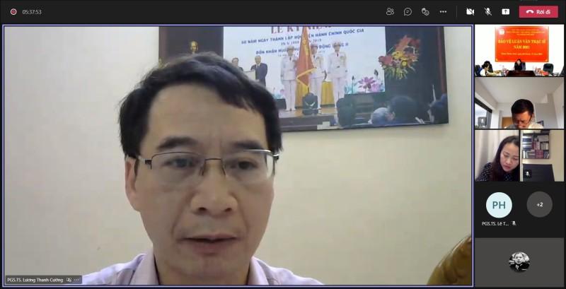 PGS.TS. Lương Thanh Cường – Phó Giám đốc Học viện Hành chính Quốc gia đánh giá luận văn cho học viên tại điểm cầu trực tuyến