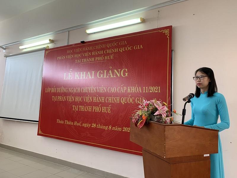 ThS. Mai Thị Phương Dung – Trưởng phòng Quản lý đào tạo, bồi dưỡng,  Phân viện Học viện tại TP Huế công bố Quyết định tổ chức lớp học