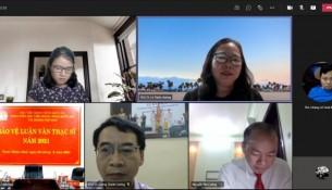 Học viên nghe nhận xét của các thành viên Hội đồng Bảo vệ luận văn tại điểm cầu trực tuyến