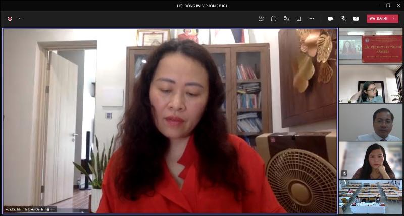 PGS.TS. Trần Thị Diệu Oanh -  Trưởng Khoa Nhà nước - Pháp luật và Lý luận cơ sở,  Học viện Hành chính Quốc gia đánh giá luận văn cho học viên tại điểm cầu trực tuyến
