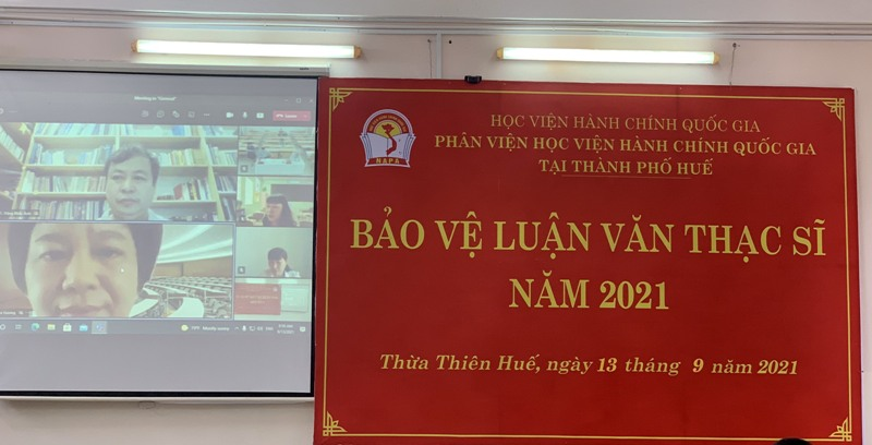 TS. Tạ Thị Hương – Phó Trưởng Khoa Quản lý nhà nước về xã hội,  Học viện Hành chính Quốc gia, đánh giá luận văn cho học viên tại điểm cầu trực tuyến