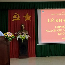 TS. Nguyễn Đăng Quế -  Giám đốc Phân viện khu vực Tây Nguyên, Học viện Hành chính Quốc gia phát biểu khai giảng.