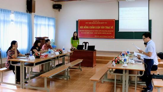 Hội đồng chấm luận văn Thạc sĩ thông qua lý lịch khoa học của học viên
