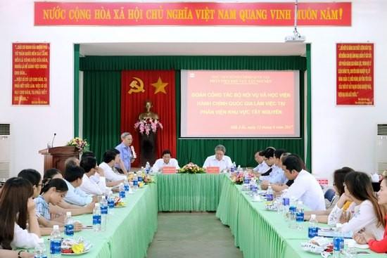 Đồng chí Nguyễn Quốc Khánh - Vụ Trưởng vụ Tổ chức cán bộ, Bộ Nội vụ phát biểu tại buổi làm việc