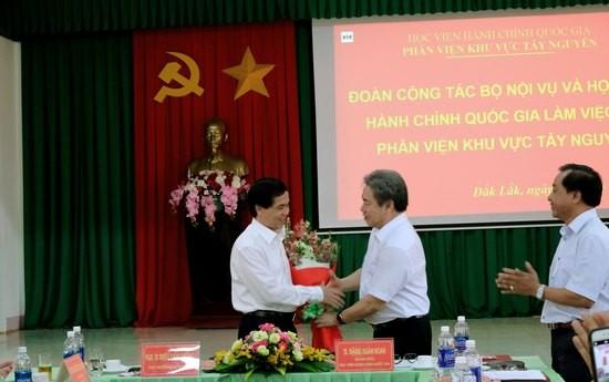 Giám đốc Học viện Hành chính Quốc gia tặng hoa Thứ trưởng Bộ Nội vụ