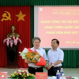 Giám đốc Phân viện khu vực Tây Nguyên tặng hoa Giám đốc Học viện Hành chính Quốc gia