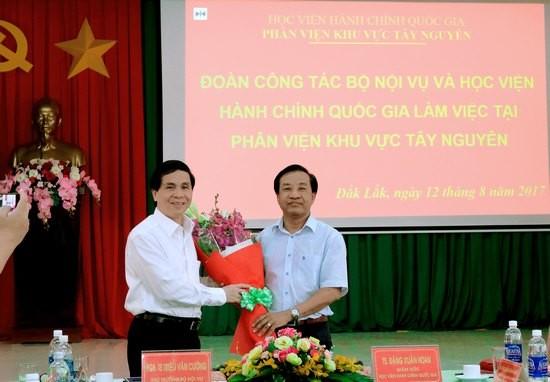 Giám đốc Phân viện khu vực Tây Nguyên Tặng Hoa Thứ trưởng Bộ Nội vụ