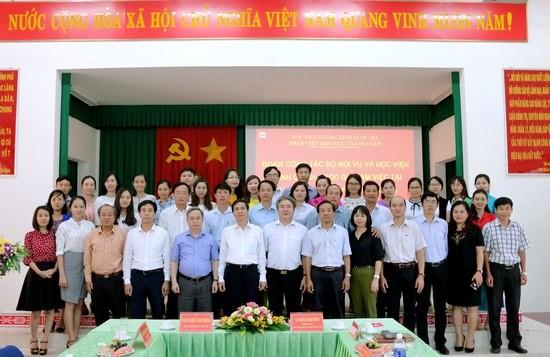 Đoàn công tác chụp hình lưu niệm với cán bộ Phân viện khu vực Tây Nguyên