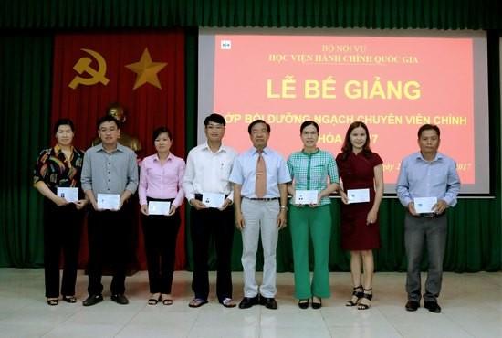 TS. Nguyễn Đăng Quế - Giám đốc Phân viện khu vực Tây Nguyên trao chứng chỉ cho các học viên