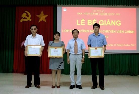 TS. Nguyễn Đăng Quế - Giám đốc Phân viện khu vực Tây Nguyên trao Giấy khen cho các học viên có thành tích xuất sắc