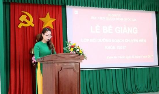 ThS. Lê Kim Loan - Chuyên viên Khoa Đào tạo Và Bồi dưỡng, Phân viện khu vực Tây Nguyên, chủ nhiệm lớp công bố kết quả học tập của lớp