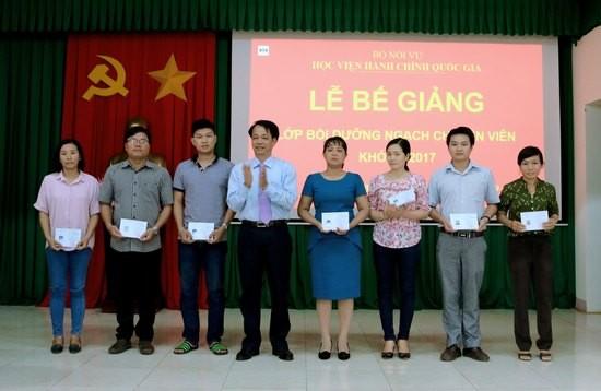 TS. Lê Văn Từ - Trưởng khoa Đào tạo và Bồi dưỡng, Phân viện khu vực Tây Nguyên trao chứng chỉ cho các học viên