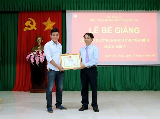 TS. Lê Văn Từ - Trưởng khoa Đào tạo và Bồi dưỡng, Phân viện khu vực Tây Nguyên trao giấy khen cho học viên có thành tích xuất sắc
