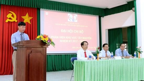 Đồng chí Phan Xuân Quý đọc