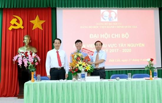 Đại diện Công đoàn bộ phận Phân viện tặng hoa chúc mừng Đại hội