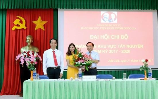 Đại diện Đoàn thanh niên Phân viện tặng hoa chúc mừng Đại hội