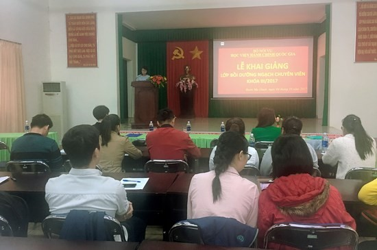 Ths. Nguyễn Thị Huyền Trang - Giảng viên khoa Lý luận cơ sở và Quản lý Nhà nước công bố các quyết định liên quan đến lớp học