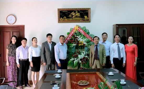 Đồng chí Êban Y Phu – Bí thư Tỉnh ủy, đại diện Thường trực Tỉnh ủy Đắk Lắk, lãnh đạo Sở Giáo dục và Đào tạo, Văn phòng Tỉnh ủy, các cơ quan báo chí tỉnh Đắk Lắk đã đến thăm, động viên và tặng hoa chúc mừng