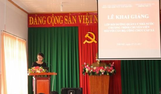 ThS. Tạ Thị Thu Trang - Chuyên viên khoa Đào tạo và Bồi dưỡng, Phân viện khu vực Tây Nguyên công bố các quyết định liên quan đến lớp học