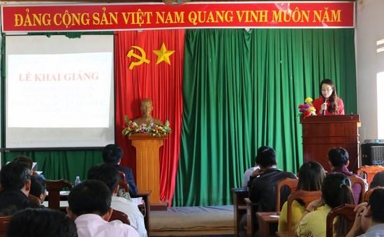 ThS. Lê Kim Loan - Chuyên viên khoa Đào tạo và Bồi dưỡng, Phân viện khu vực Tây Nguyên công bố các quyết định liên quan đến lớp học