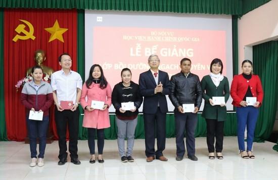 NGƯT. TS. Vũ Thanh Xuân – Phó Giám đốc Học viện hành chính Quốc gia trao chứng chỉ cho các học viên